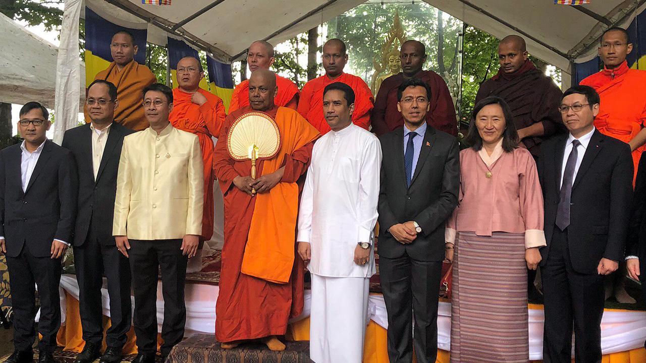 """ร่วมงาน  -  มนัสวี ศรีโสดาพล ออท. ณ กรุงบรัสเซลล์ ประเทศเบลเยียม ไปร่วมงาน """"วันวิสาขบูชารำลึก 2019"""" ที่วัดไทยธรรมาราม เมืองวอเตอร์ลู ซึ่งจัดเป็นงานวิสาขบูชานานาชาติในเบลเยียม ครั้งที่ 2."""
