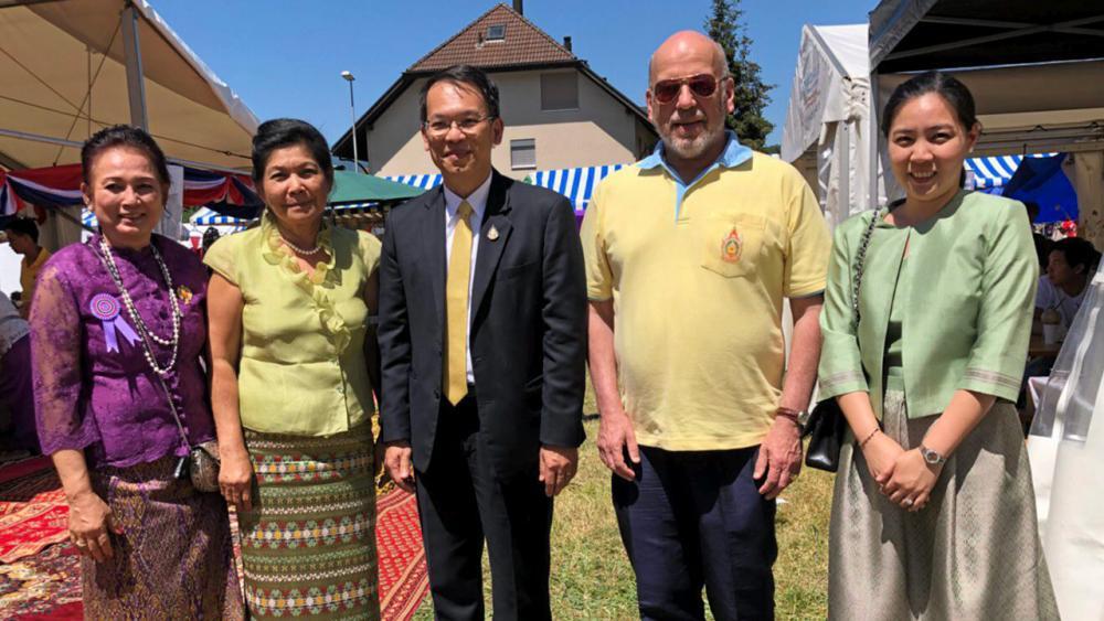 """เผยแพร่วัฒนธรรม รุจิวรรณ ทั่งศิริ ประธานชมรมศิลปวัฒนธรรมไทย ในสวิตเซอร์แลนด์ นำทีมนักแสดงเด็กลูกครึ่งไทย-สวิส ไปร่วมแสดงในงาน """"ซูริก เฟสติวัล"""" จัดทุก 3 ปี ปีนี้มีคนไปเที่ยวงานหลายแสนคน."""
