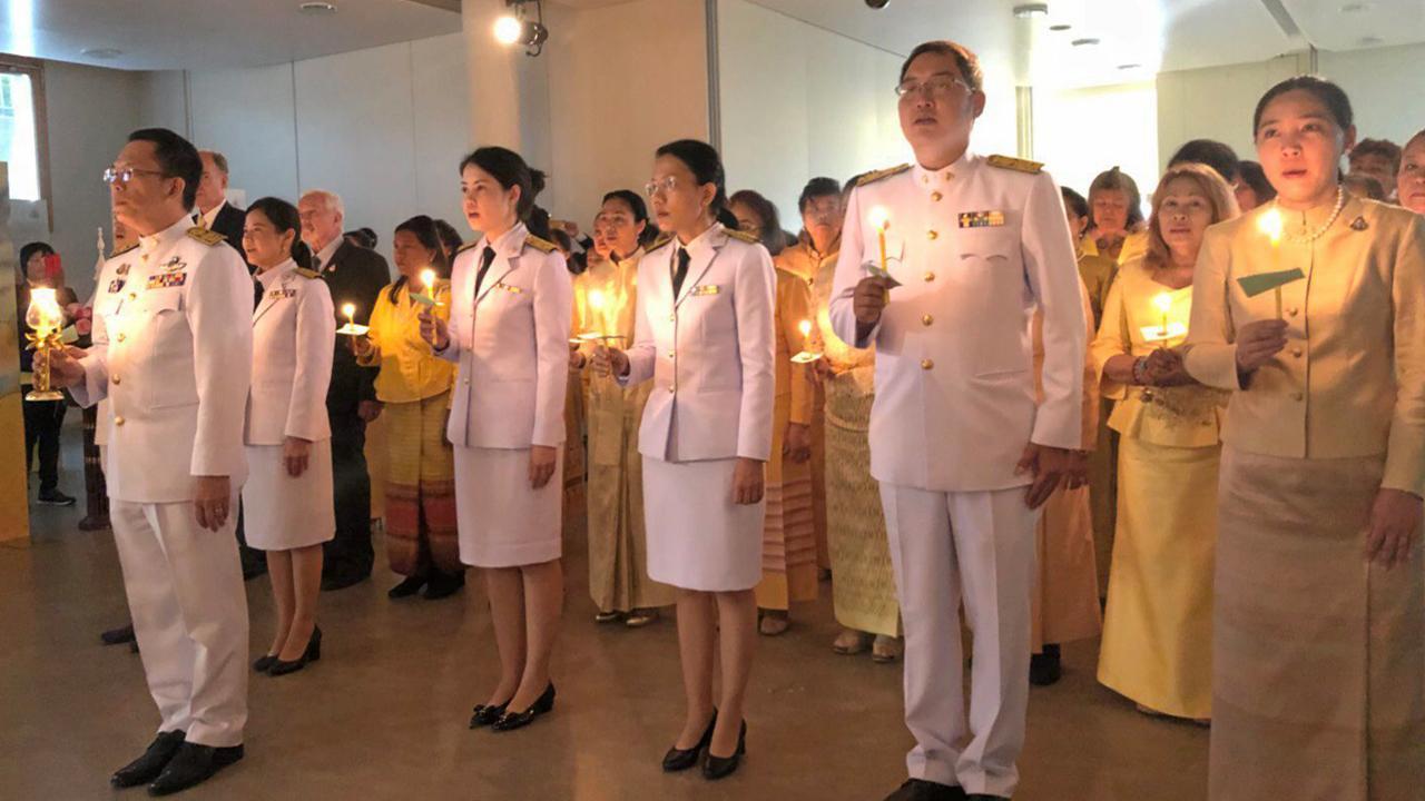 น้อมใจภักดิ์  -  จักรี ศรีชวนะ ออท. ณ กรุงเบิร์น นำข้าราชการและชุมชนไทย ร่วมจุดเทียนชัยถวายพระพรชัยมงคล พระบาทสมเด็จพระเจ้าอยู่หัว เนื่องในวันเฉลิมพระชนมพรรษา ที่วัดศรีนครินทรวราราม เกทเซนบาค.
