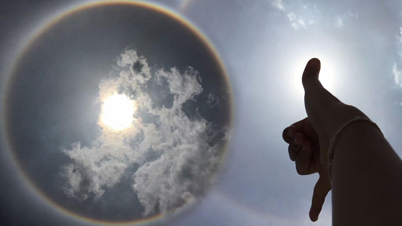 ฮือฮาพระอาทิตย์ทรงกลด กูรูเผยสิ่งที่หลายคนไม่เคยรู้ เมื่อกางนิ้วโป้งกับก้อยให้สุด!?