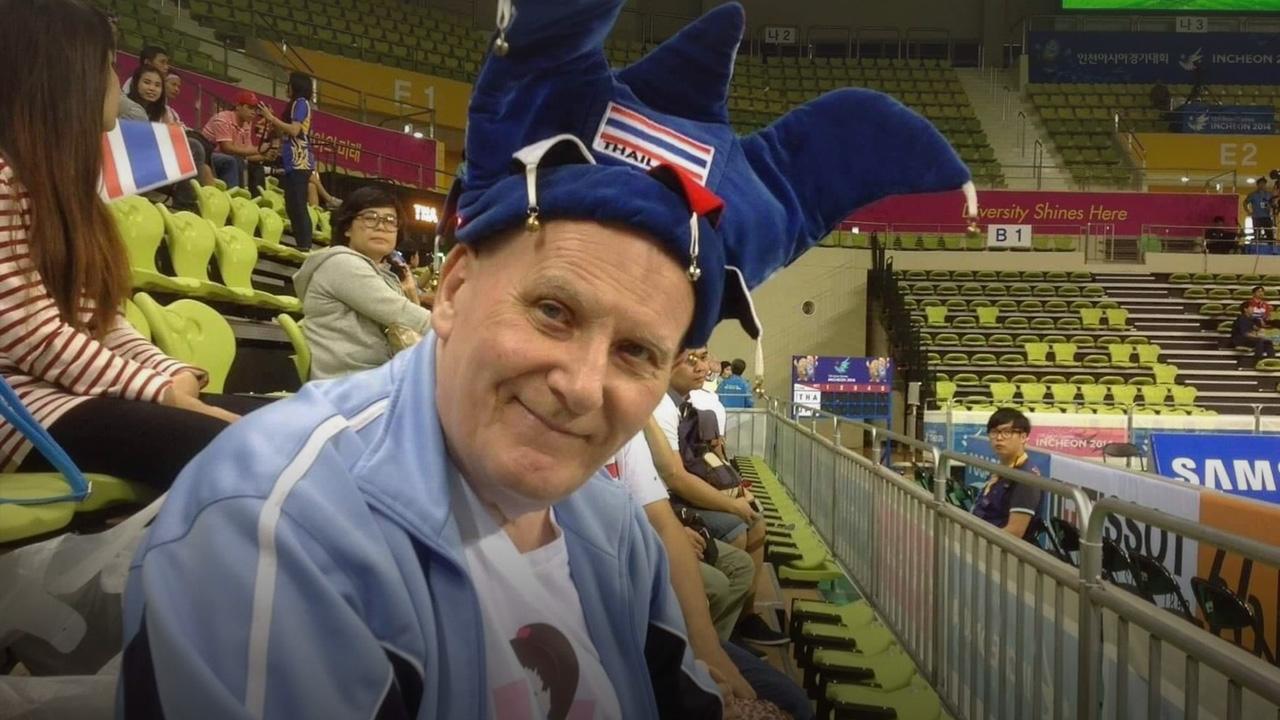 """สุดเศร้า """"เทอร์รี"""" กองเชียร์พันธุ์แท้ทีมชาติไทย เสียชีวิตแล้วในวัย 79 ปี"""