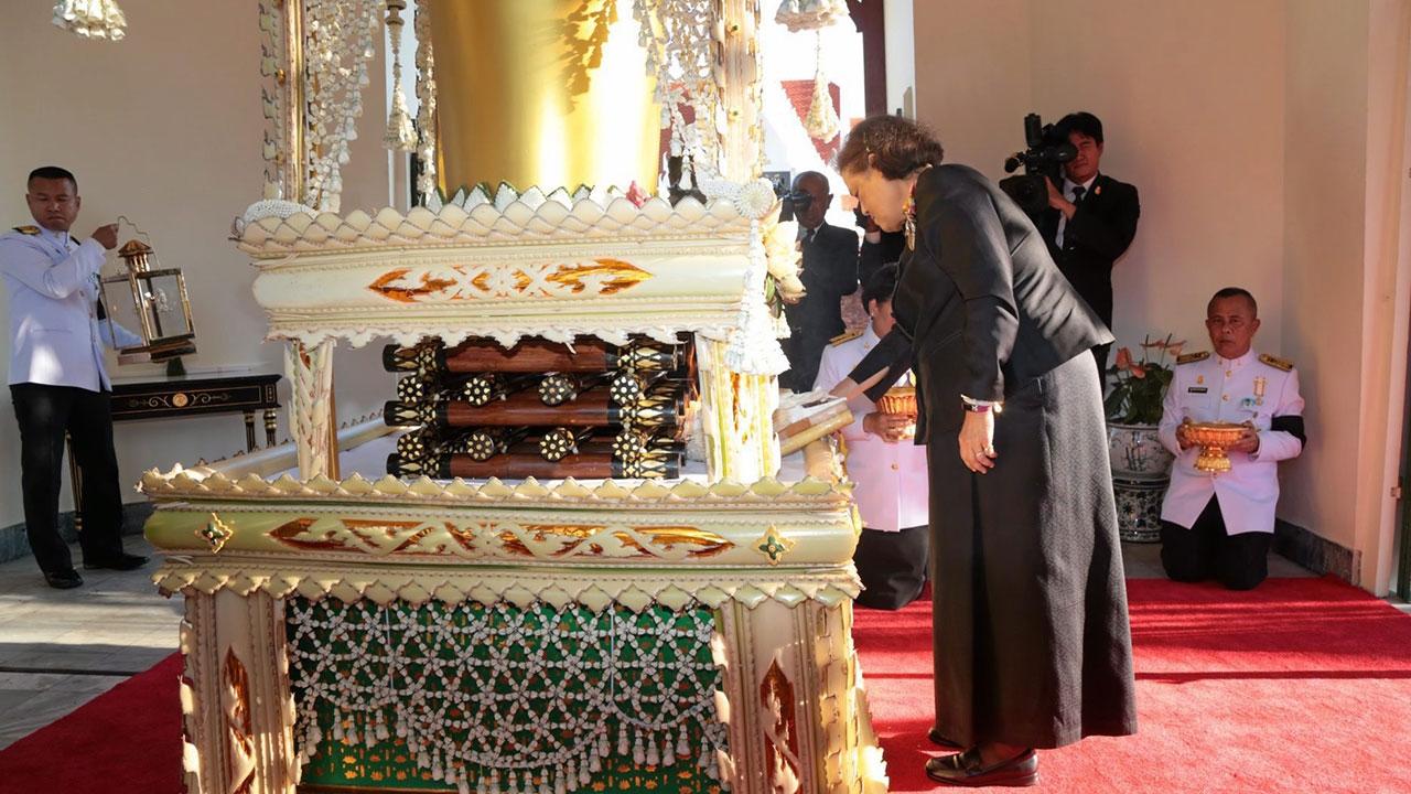 สมเด็จพระเทพรัตนราชสุดาฯ สยามบรมราชกุมารี  เสด็จพระราชดำเนินแทนพระองค์ไปพระราชทานเพลิงศพสมเด็จพระมหาวีรวงศ์ (มานิต ถาวโร) ณ เมรุหลวงหน้าพลับพลาอิศริยาภรณ์ วัดเทพศิรินทราวาส ถ.พลับพลาไชย เมื่อวันก่อน.
