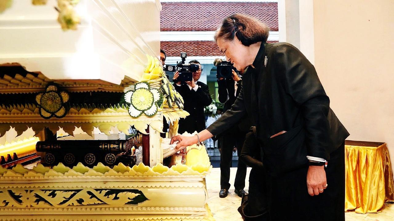 สมเด็จพระกนิษฐาธิราชเจ้า กรมสมเด็จพระเทพรัตนราชสุดาฯ สยามบรมราชกุมารี  เสด็จพระราชดำเนินไปในการพระราชทานเพลิงศพ วีระพันธุ์ ทีปสุวรรณ บิดา ณัฏฐพล ทีปสุวรรณ ณ วัดเทพศิรินทราวาส วันก่อน.