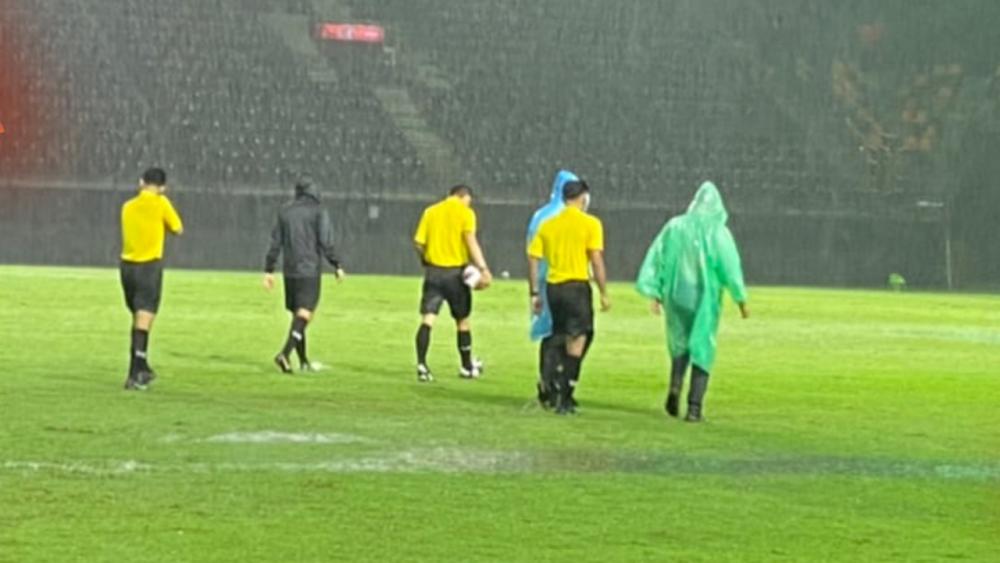 """ฟ้ารั่วที่เมืองโอ่ง ไทยลีกยกเลิกเกม """"ราชบุรี-แบงค็อกฯ"""" หลังฝนตกหนัก"""