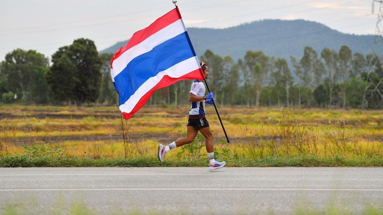 วิ่งธงชาติไทยวันที่ 42 พิชิตภารกิจ 106.2 กม. จากอุตรดิตถ์ถึงพิษณุโลก