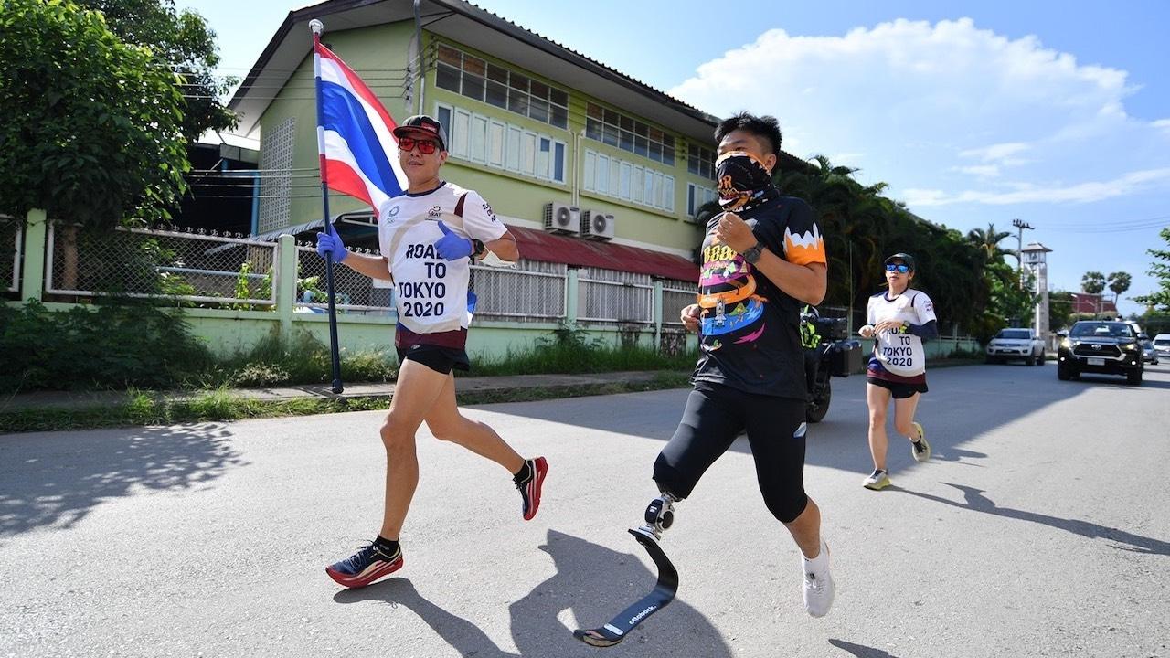 """""""ชาวบ้านผู้พิการ"""" ร่วมส่งแรงใจให้ """"นักวิ่งส่งธงชาติไทย"""" วันที่ 36"""