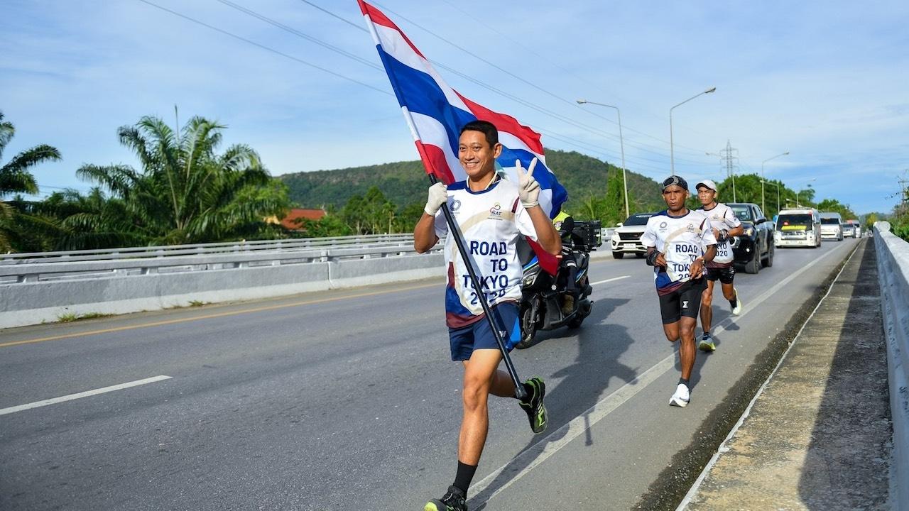 """""""วิ่งผลัดธงไตรรงค์"""" วันที่ 21 คึกคักต่อเนื่อง ชาวชุมพรร่วมต้อนรับตลอดข้างทาง"""