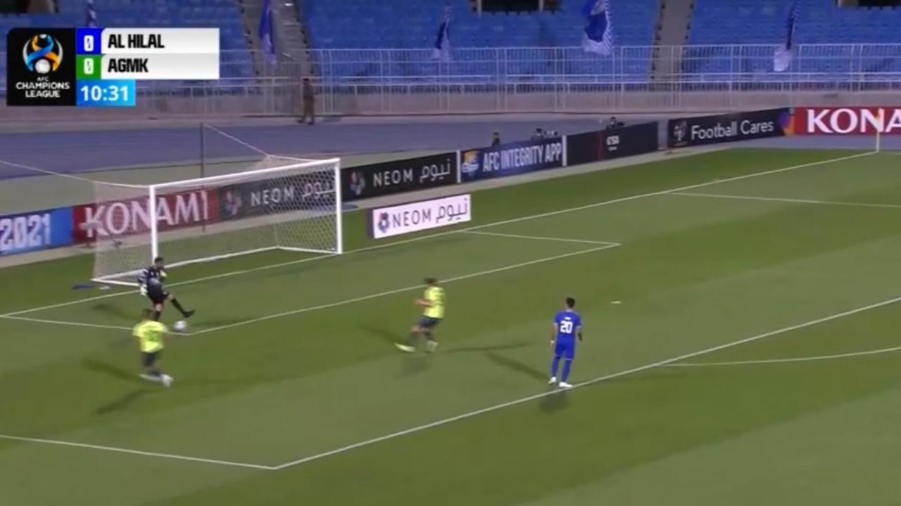โชว์เหวอ โกลทีมดังซาอุดีอาระเบีย เตะพลาด ส่งบอลให้คู่แข่งยิงประตูสุดง่ายดาย (คลิป)