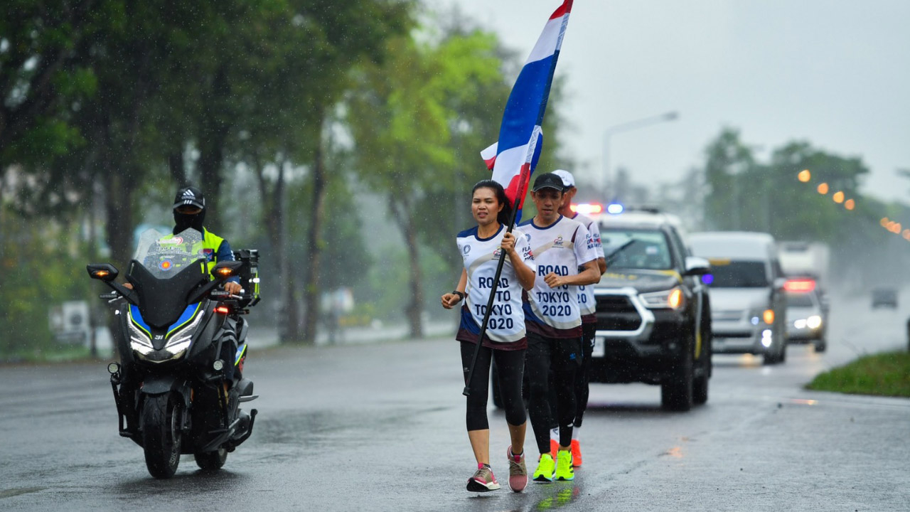 """ชาวนครศรีฯ รวมใจ """"วิ่งส่งธงชาติไทย ไปโตเกียวโอลิมปิก"""" วันที่ 10 ท่ามกลางสายฝน"""