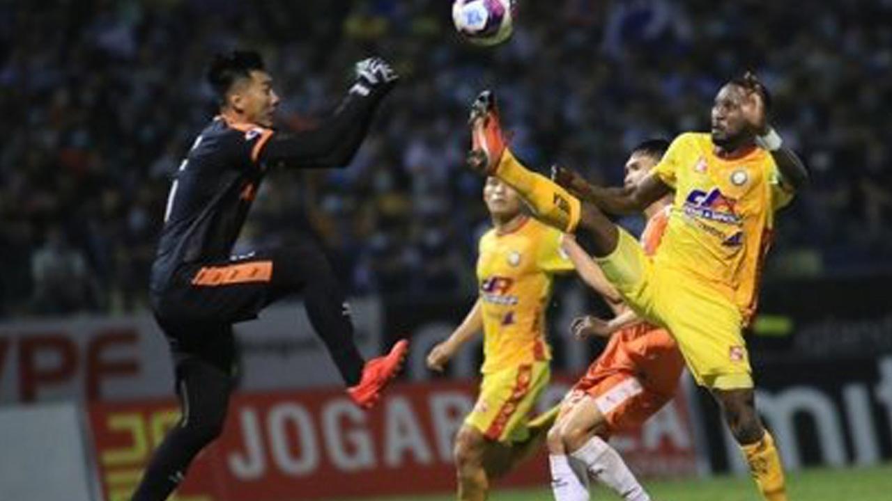 """สุดโหด """"แซมซั่น"""" อดีตแข้งทีมชาติเวียดนาม สกายคิกใส่คู่แข่งเจ็บหนัก (คลิป)"""