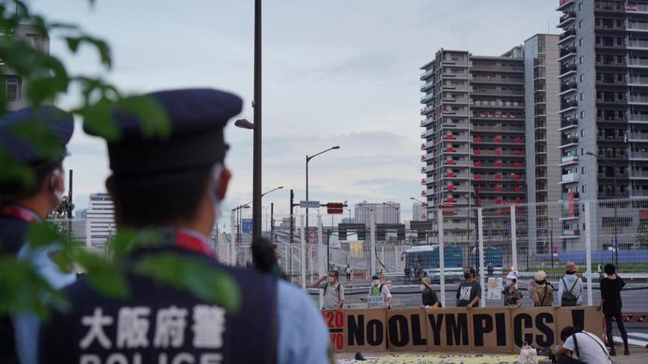 คณะจัดโอลิมปิก สั่งสอบด่วนหลังตำรวจบุกรวบนักกีฬานั่งดื่มชิลในหมู่บ้านนักกีฬา
