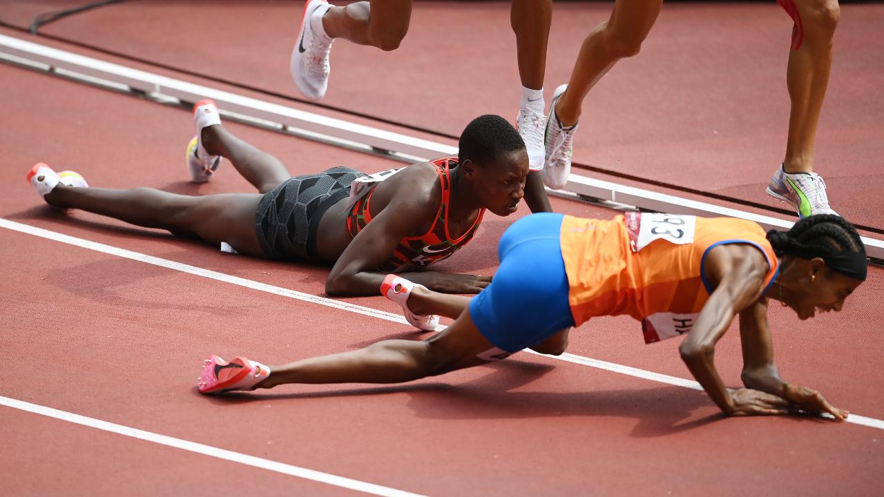 """""""นักวิ่งสาวเนเธอร์แลนด์"""" ล้มรอบสุดท้าย ยังเข้าที่ 1 คัดเลือก 1,500 ม. โอลิมปิก (คลิป)"""