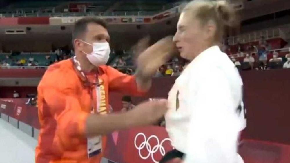 วิจารณ์หนัก โค้ชยูโดกระชากคอเสื้อ-ตบหน้านักกีฬาสาว ในศึกโอลิมปิก (คลิป)