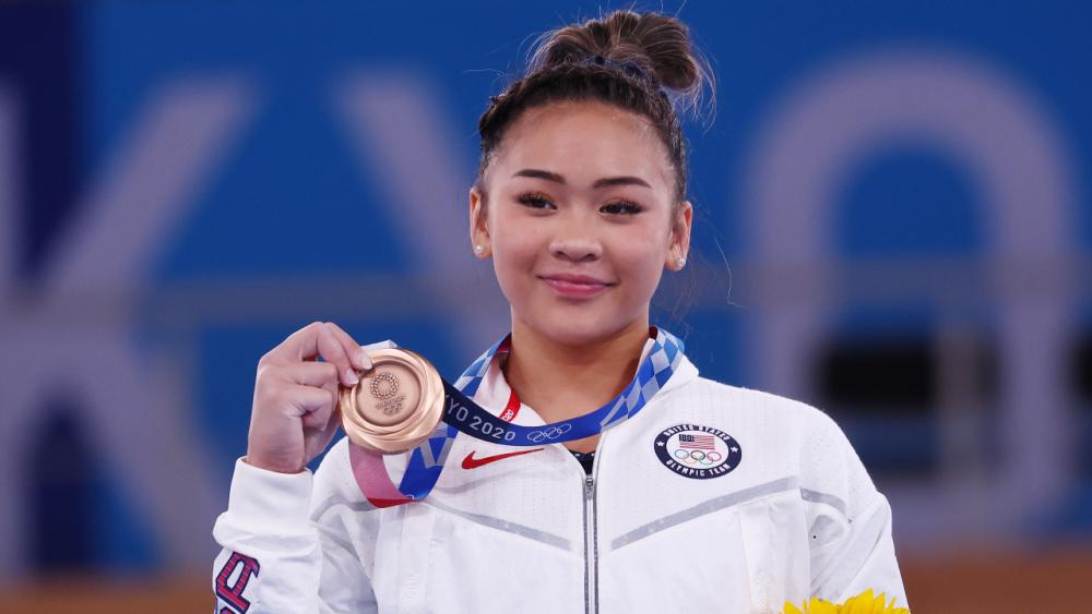 สหรัฐฯ แห่ต้อนรับหญิงลูกครึ่งม้ง วัย 18 หลังคว้าเหรียญทองยิมนาสติกโอลิมปิก (คลิป)