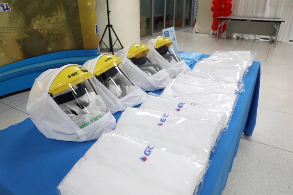 เสื้อกาวน์พลาสติกป้องกันการติดเชื้อ และนวัตกรรมหมวกอัดอากาศป้องกันการติดเชื้อ