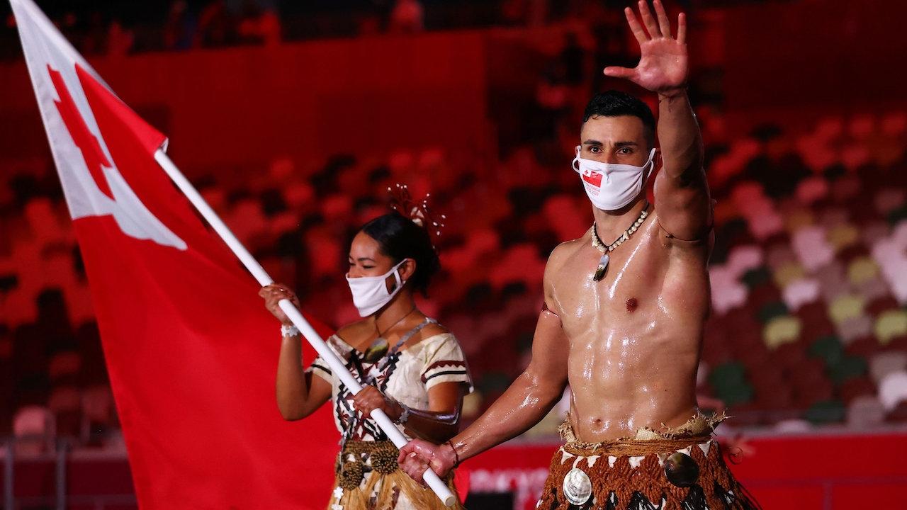 แชร์สนั่นโซเชียล เปิดวาร์ปผู้ถือธงชาติตองกา ในพิธีเปิดโอลิมปิก 2020