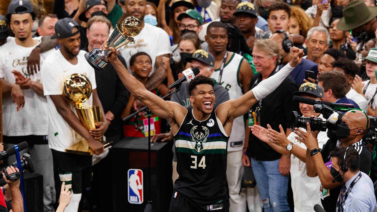 """ปลดล็อก 50 ปี """"มิลวอกี"""" คว้าแชมป์บาสเกตบอล NBA """"ยานนิส"""" กด 50 แต้มซิว MVP"""