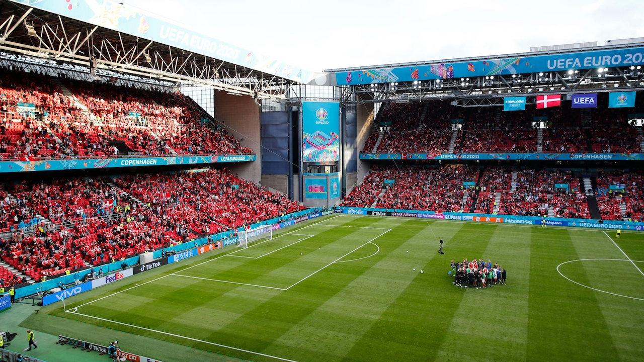"""แฟนบอล 2 ทีม ส่งเสียงโต้ตอบชื่อ """"อีริคเซน"""" หลังวูบคาสนามศึกยูโร 2020 (คลิป)"""
