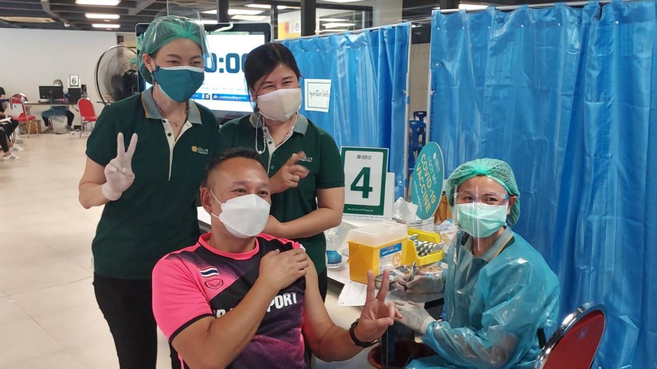 """""""ต๋อง"""" นำสนุกเกอร์ทีมชาติไทยฉีดวัคซีน """"ซิโนแวค"""" เข็มที่ 2 ย้ำการ์ดอย่าตก"""